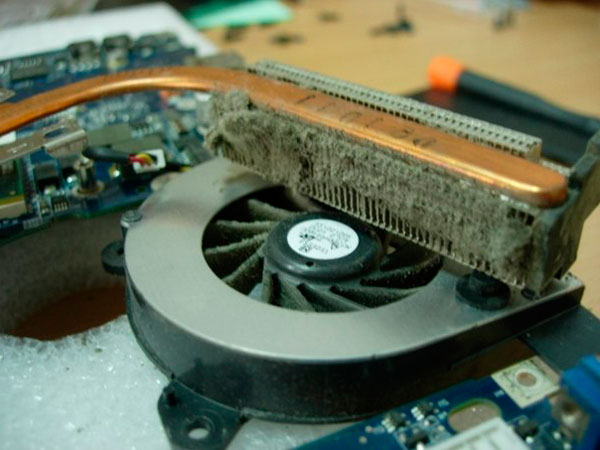 Почему компьютер шумит и нагревается